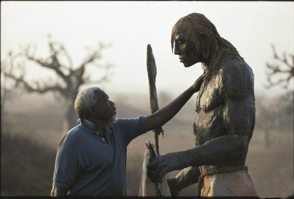 Ousmane Sow et le Guerrier debout (série « Masaï ») (détail) © Béatrice Soulé / Roger Viollet / ADAGP