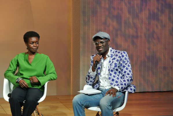 Alain Mabanckou, animant le débat à l'auditorium de la FLV en compagnie de Kidi Bebey (la fille de Francis Bebey) Crédit photo : Claire Nini