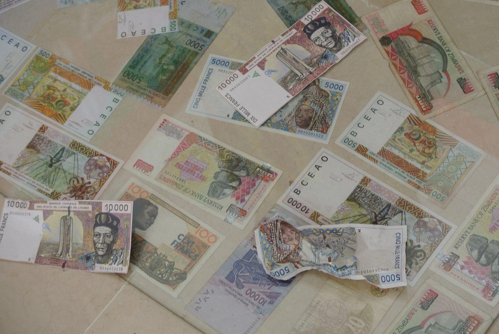 Edwige Aplogan - Installation billets francs CFA. Copyright photo : Claire Nini