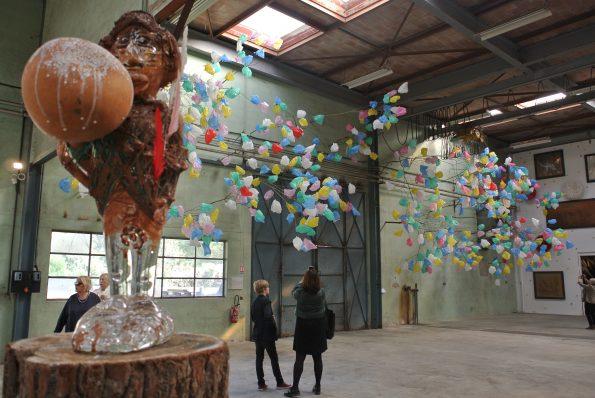Vue de l'expo Voodoo Child de Pascale Marthine Tayou à la Galleria Continua Les Moulins. Copyright photo : Claire Nini